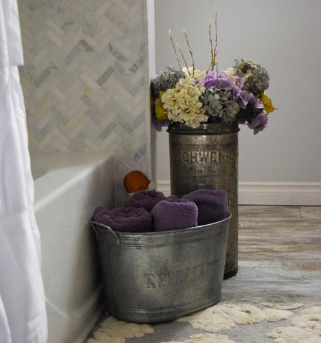 The-Prairie-Chick-Bath-corner-of-tub-with-flowers